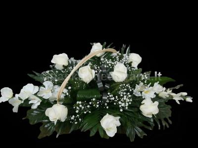 Gedulo krepšelis iš dirbtinių gėlių